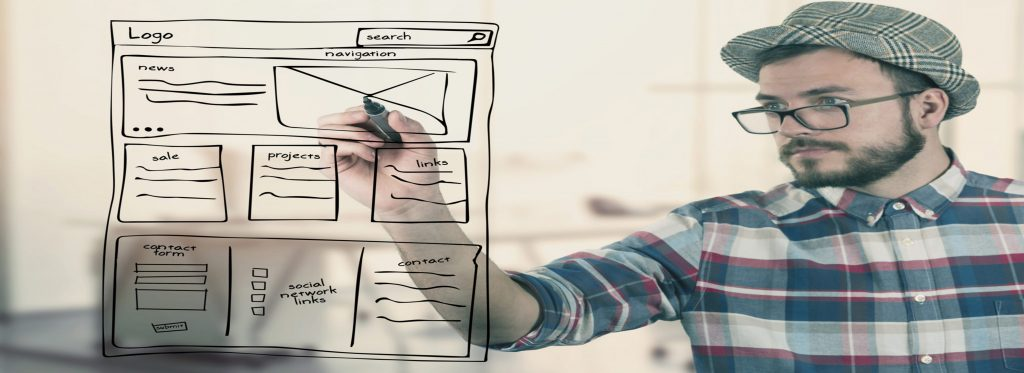 giovane imprenditore che scrive uno schema per un sito web