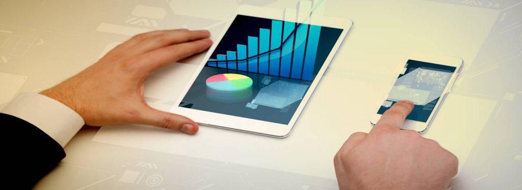 manager che controlla i grafici su tablet e smartphone