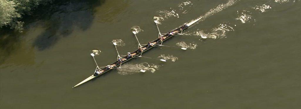 squadra di vogatori su un fiume