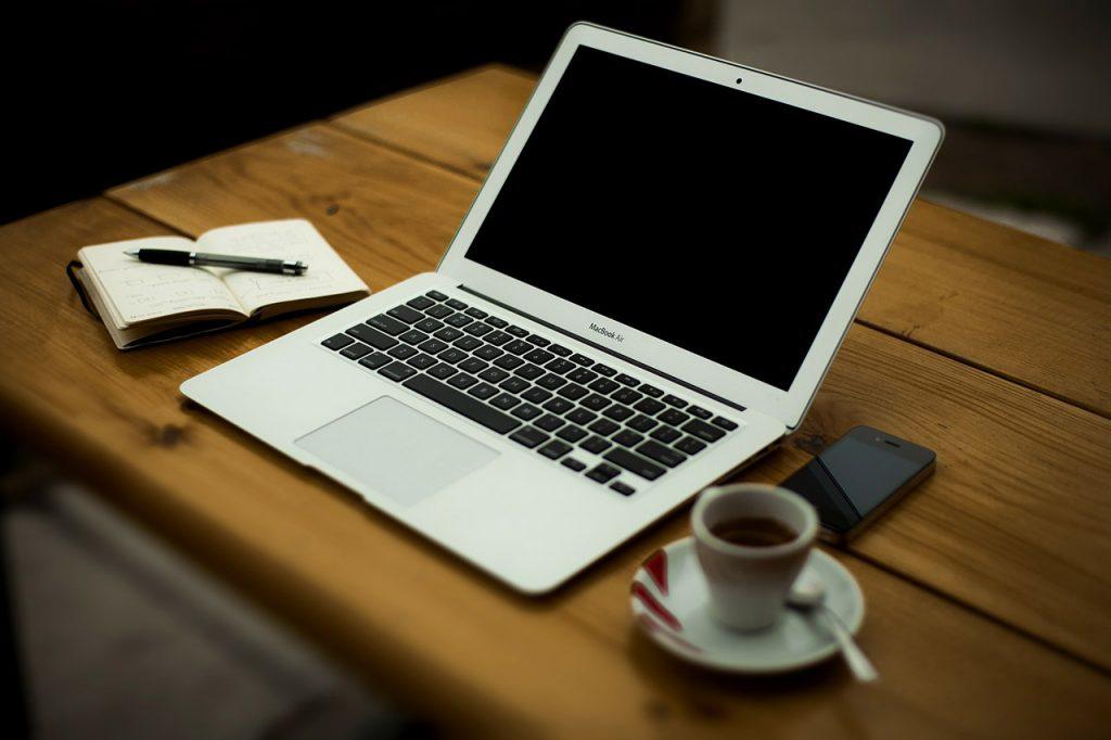 scrivere su un mac mentre si prende un caffè