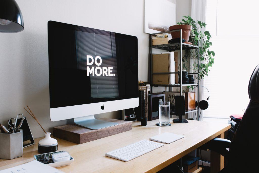 scrivania professionale ordinata con computer apple pronta per il business