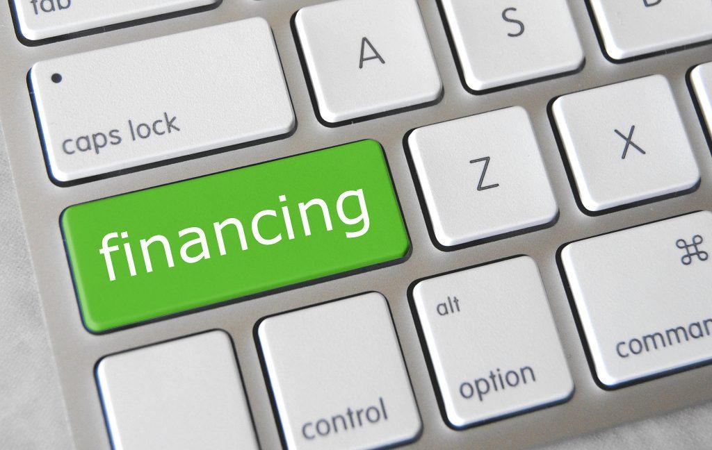 tastiera del computer con evidenziato il tasto financing