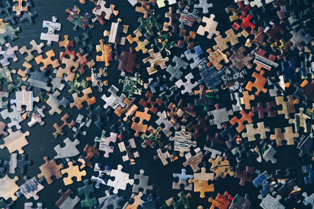 la sfida rappresentata da pezzi di un puzzle da unire