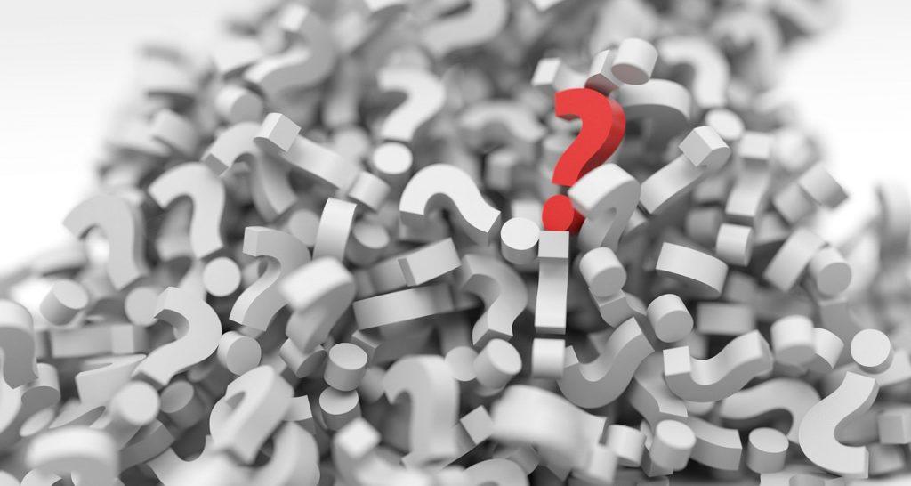 punto di domanda in rosso che si distingue da tutti gli altri simbolo di un'idea innovativa distintiva