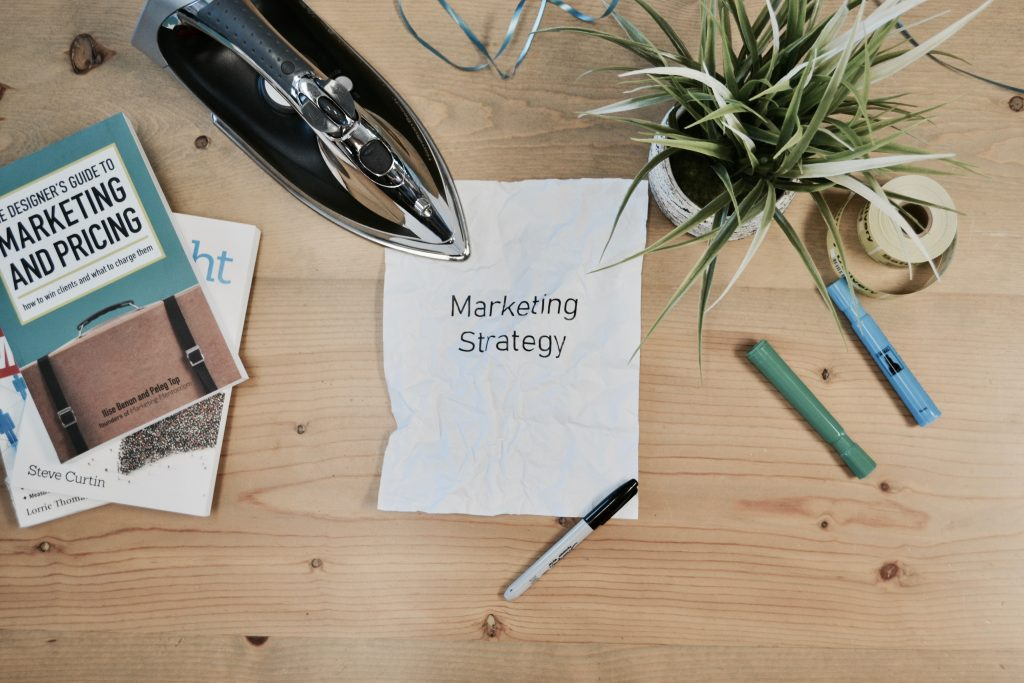 pianificare una strategia di marketing su una scrivania tumblr