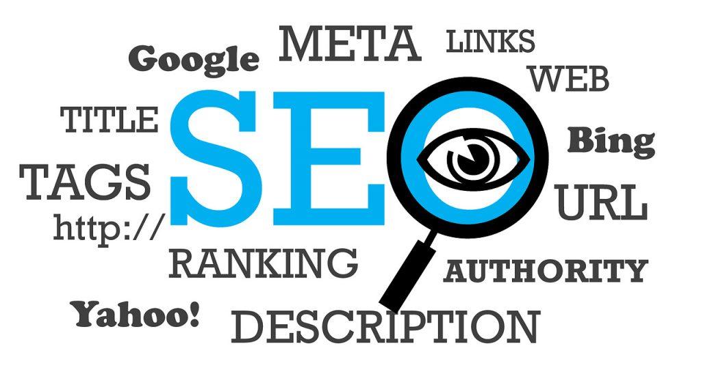 lente di ingrandimento che evidenzia le caratteristiche principali della seo come i links, web, url, google e i tags