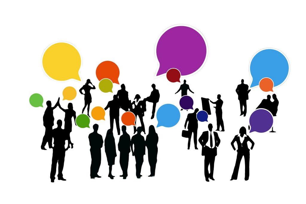team aziendale che comunica per stabilire una strategia e raggiungere gli obiettivi