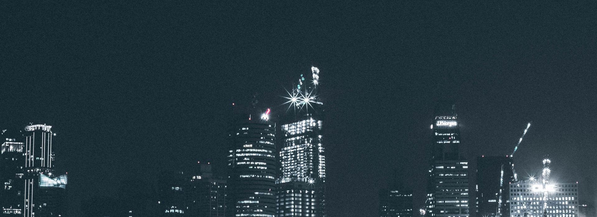 skyline notturno di una città con grattacieli