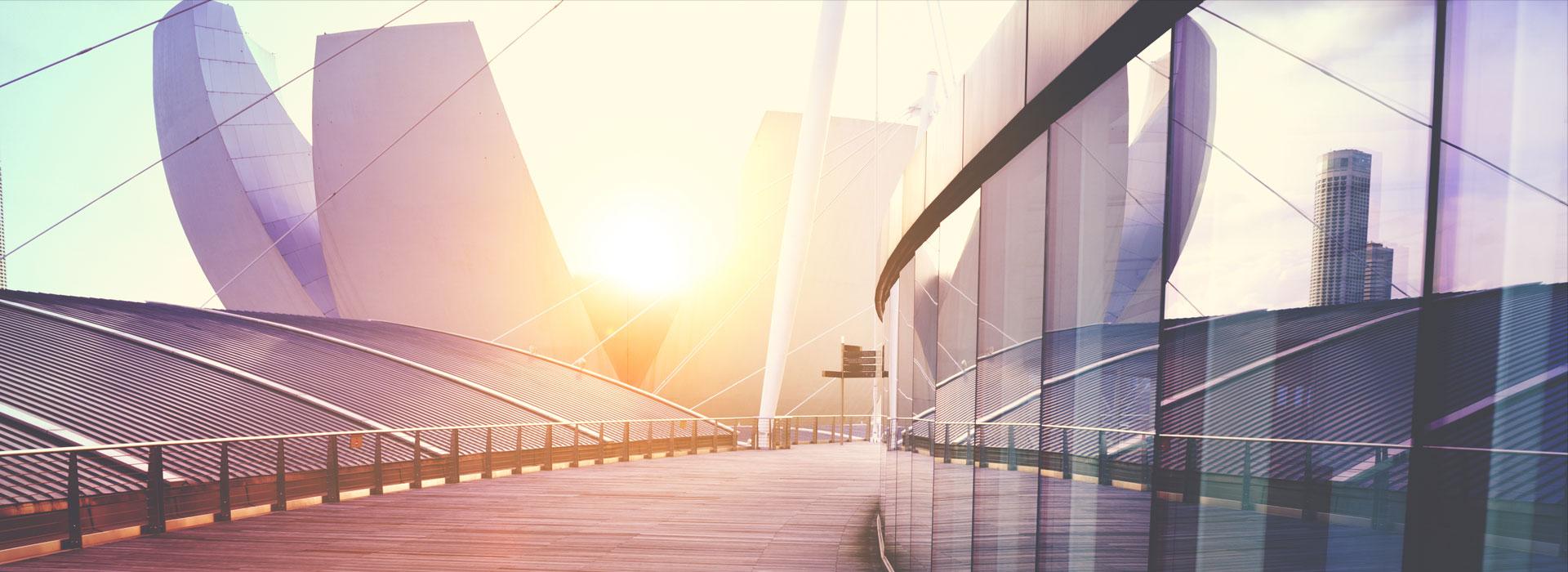 grattacielo di vetro al tramonto