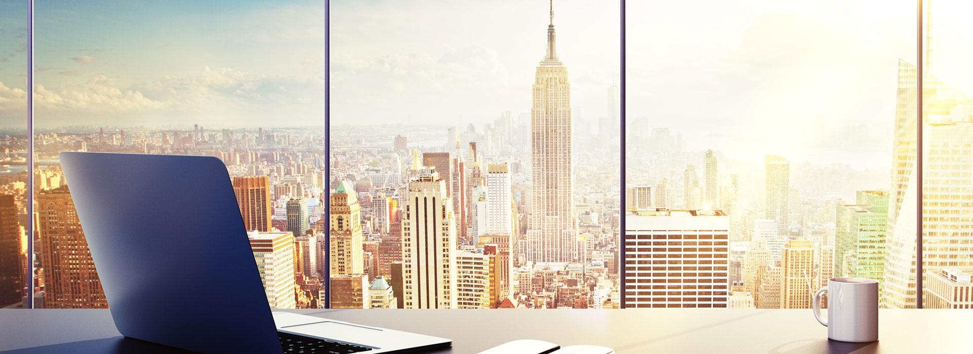 vetrata di un ufficio che affaccia sullo skyline di new york in una giornata di sole
